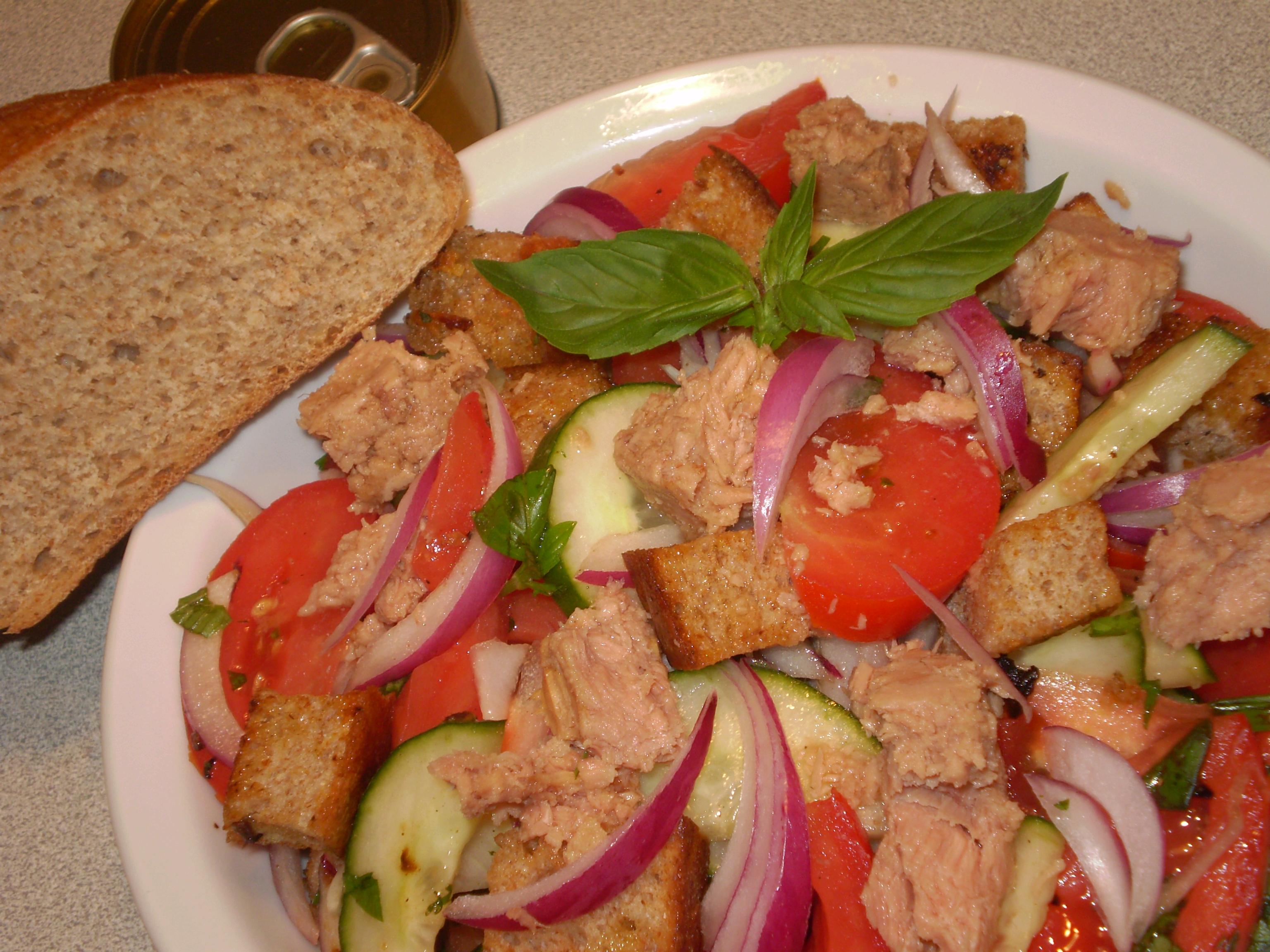 Tonhalas saláta ropogós, teljes kiőrlésű kenyérkockákkal