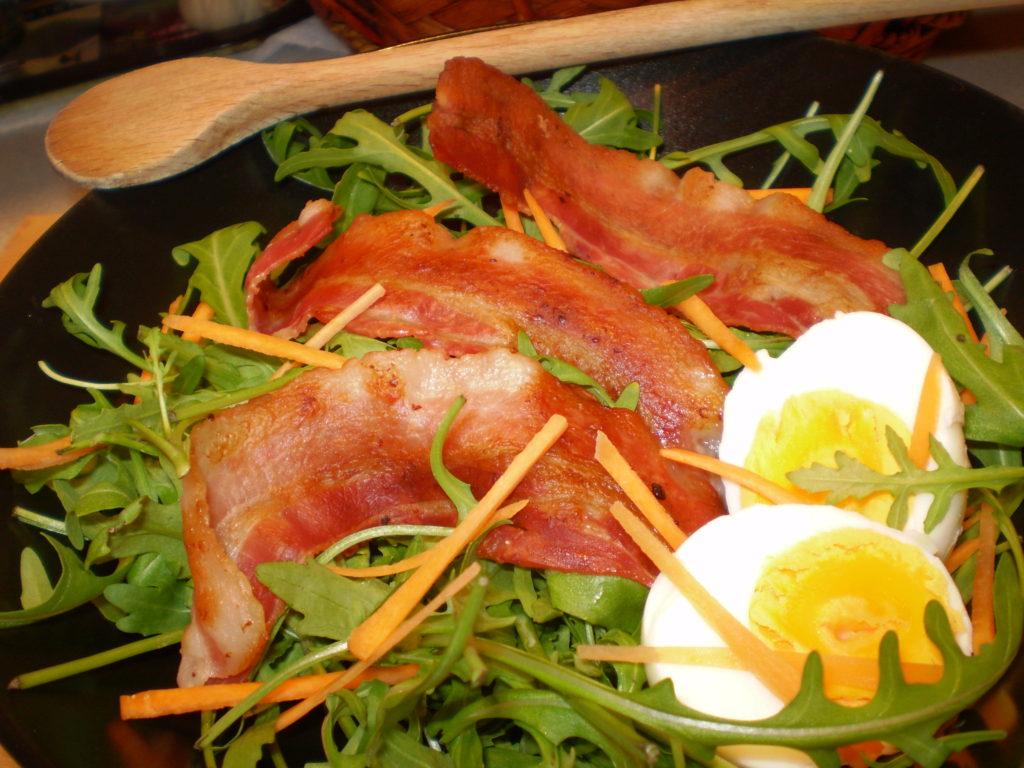 Rukkola saláta tojással, baconnel