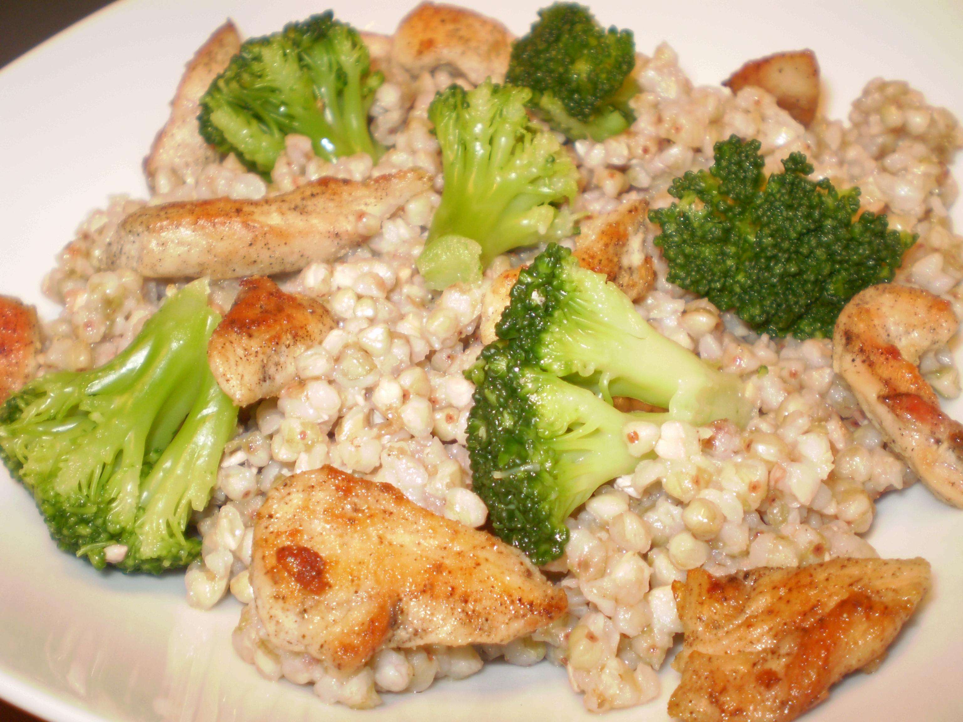 Brokkolis csirkés hajdina saláta
