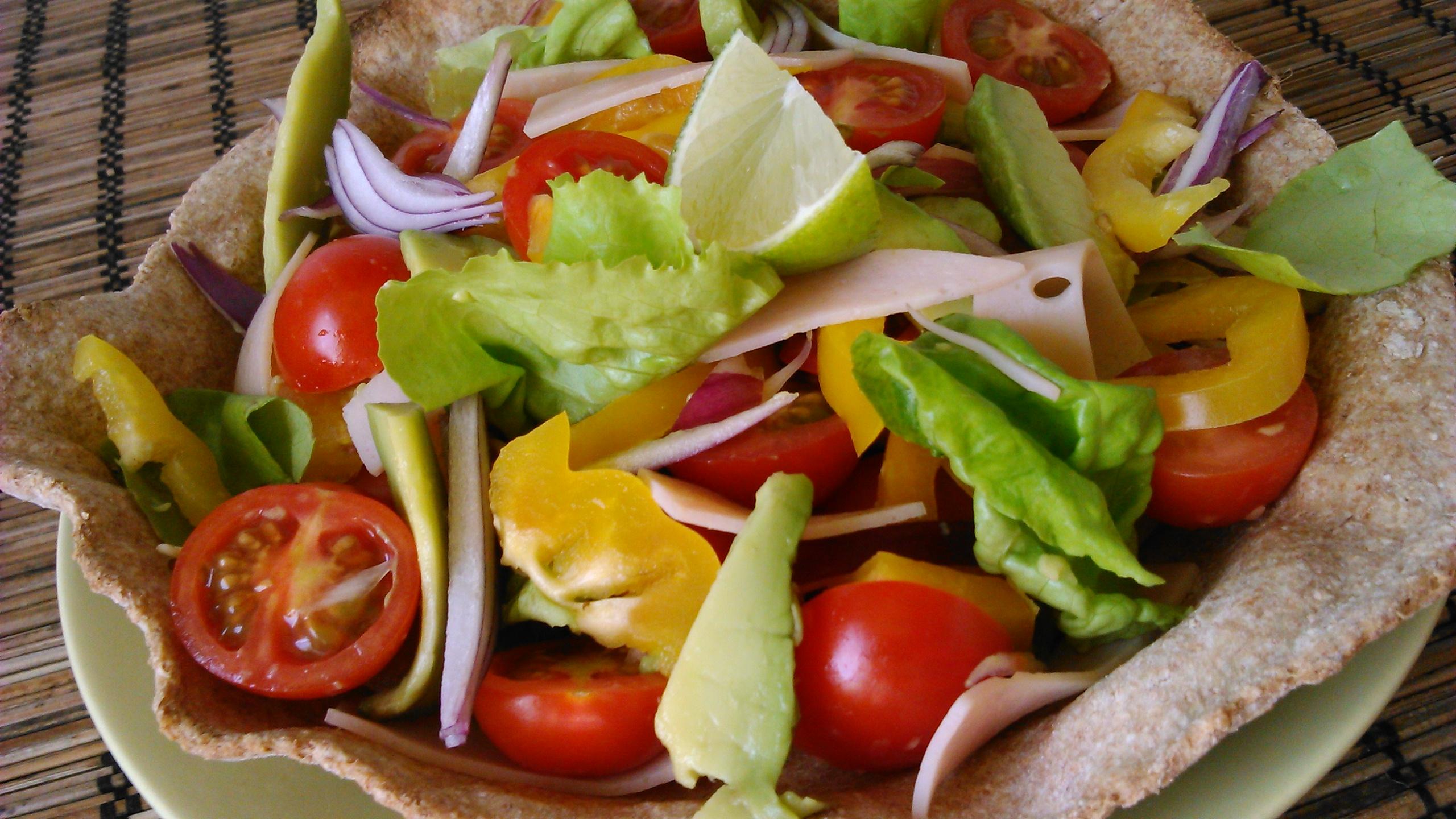 Avokádó saláta pulykasonkával, tortillatálban