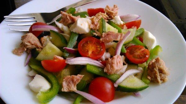 Tonhalsaláta mozzarellával – megunhatatlan diétás saláta!