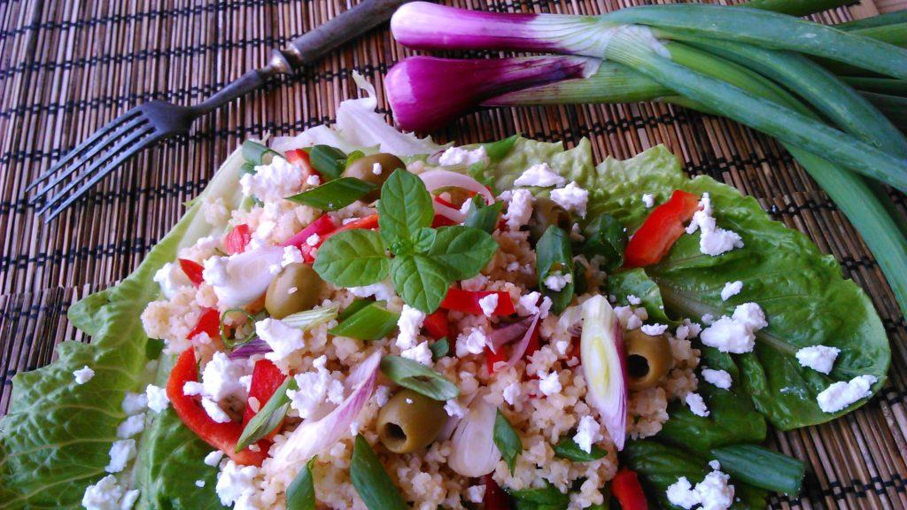 Bulgursaláta fetával és friss zöldségekkel