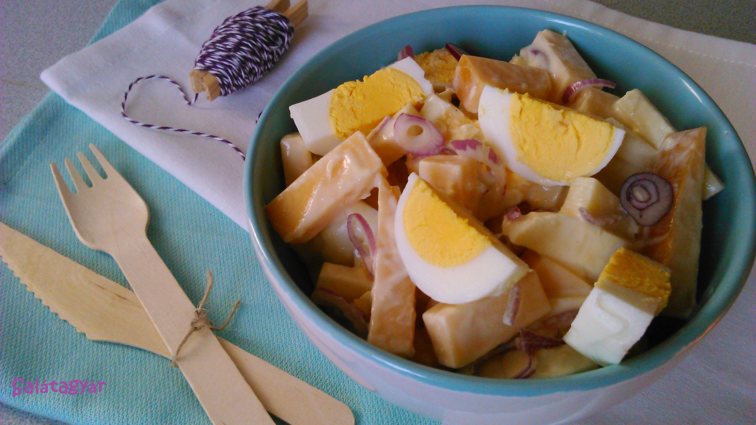 Almás sajtsaláta tojással