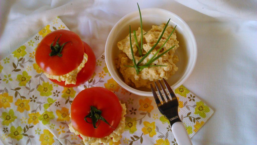 Töltött paradicsom diétás tojáskrémmel elkészítve