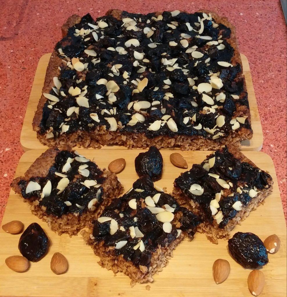 Zabpelyhes sütemény házi szilvalekvárral, aszalt szilvával, szeletelt mandulával - Barna Bodor Éva fotója