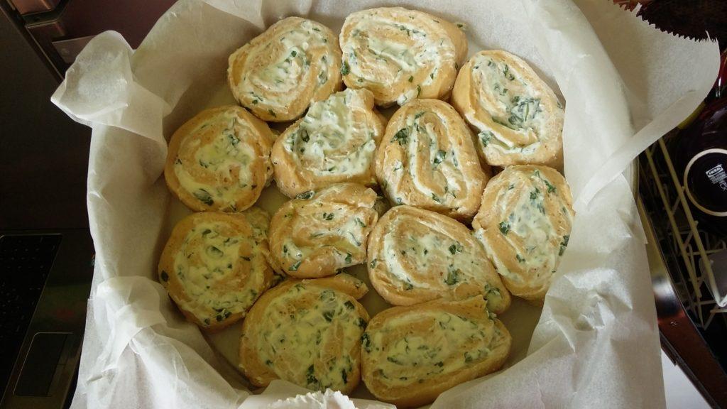 Ferdinánd kalács zöldfűszeres sajtkrémmel töltve