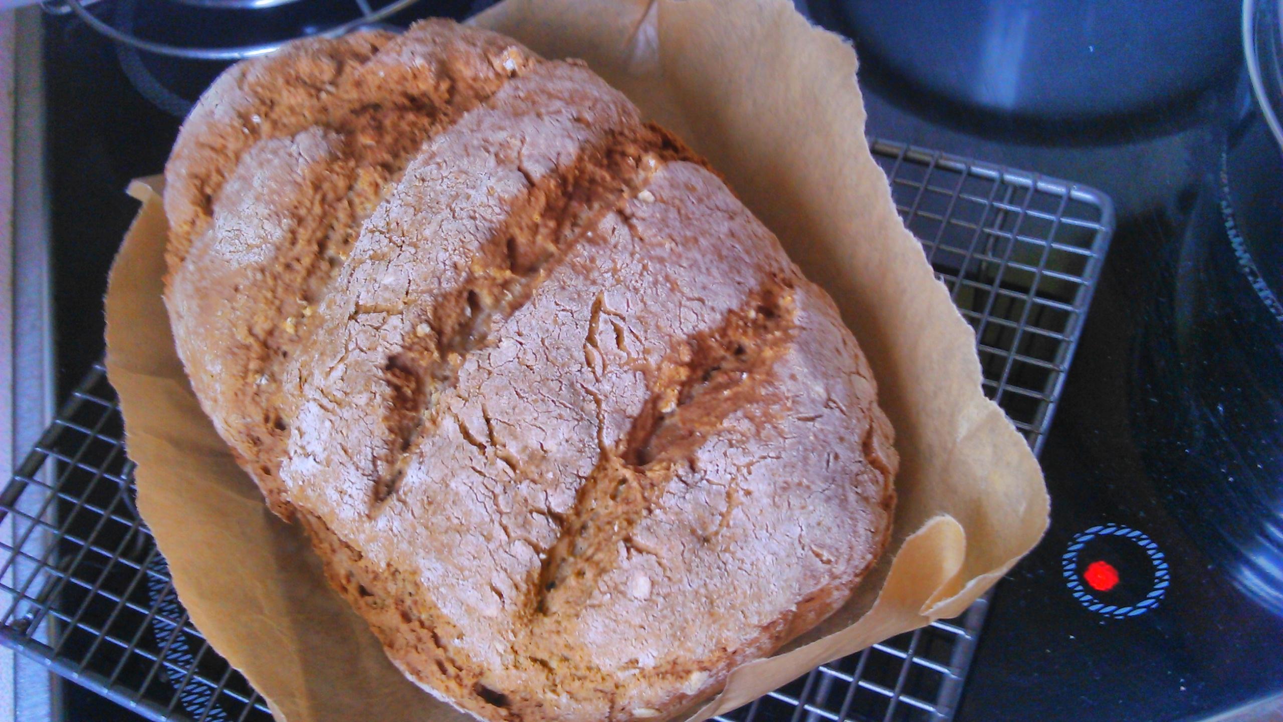 Teljes kiőrlésű kenyér dagasztás és kelesztés nélkül!