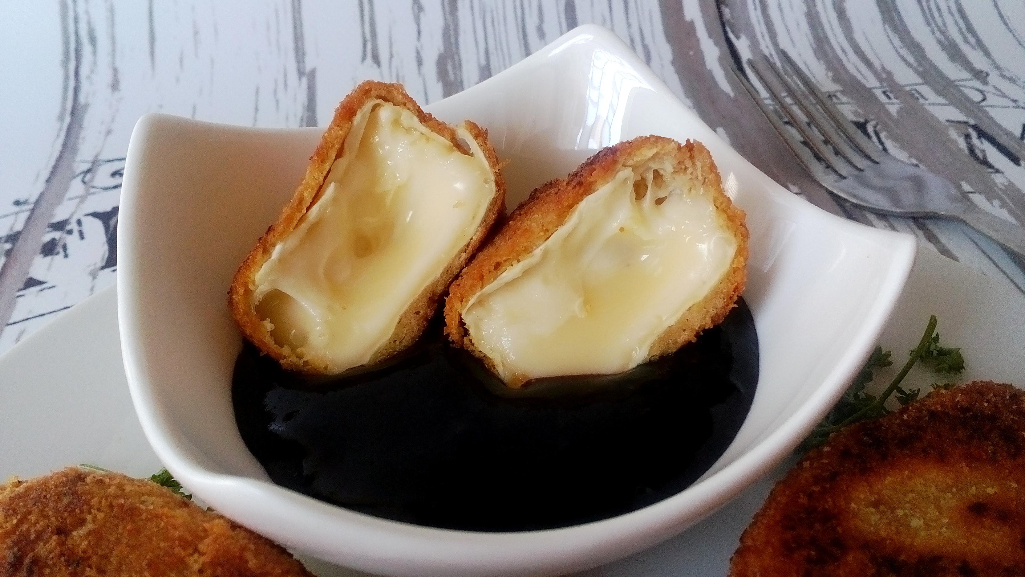 Rántott camembert sajt diétásan, cukormentes áfonyalekvárral