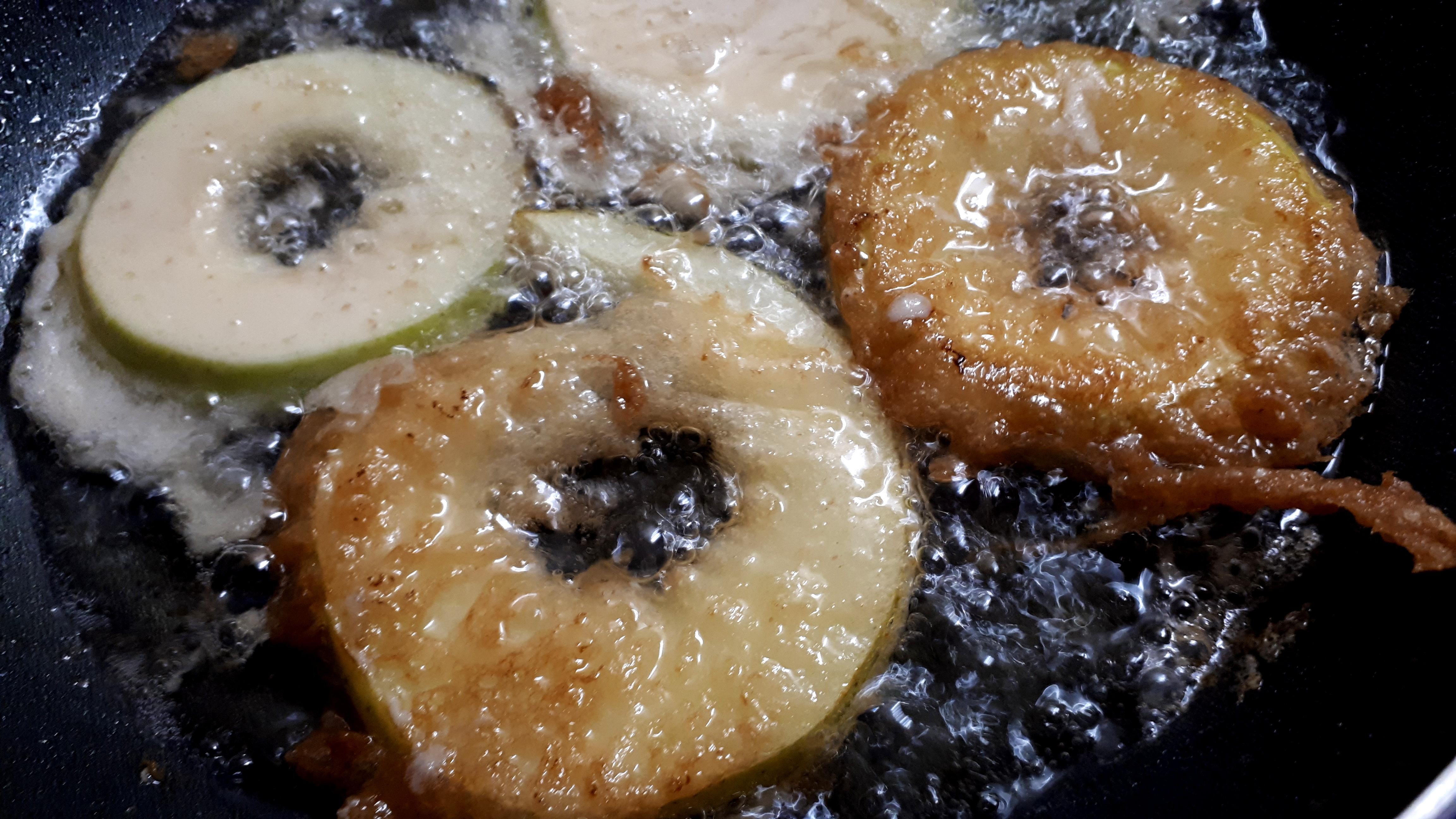 Bundás alma készítése diétásan, Dia Wellness szénhidrátcsökkentett lisztből, kókuszolajban sütve
