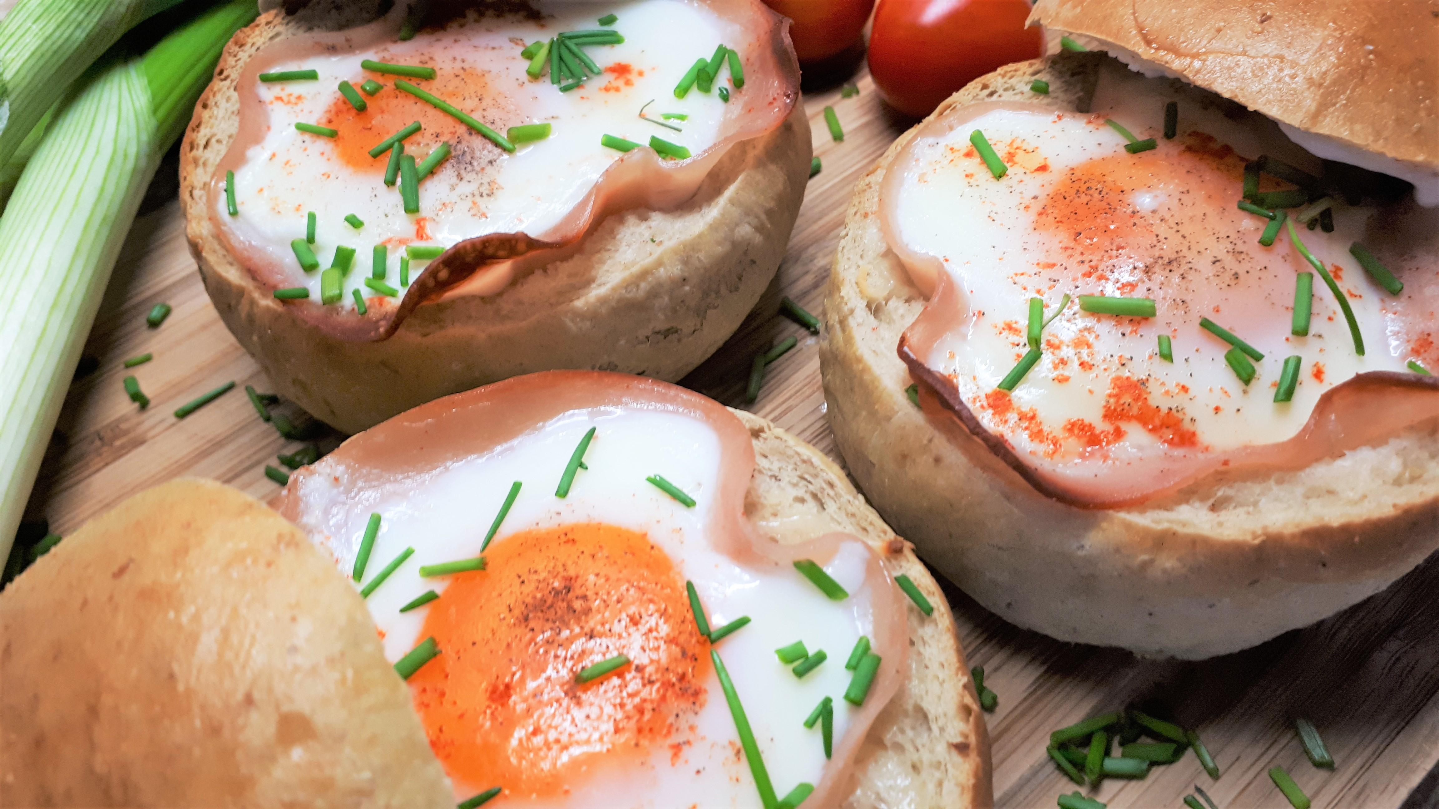 Sajttal sonkával tojással töltött zsemle diétásan, szénhidrátcsökkentett zsemléből